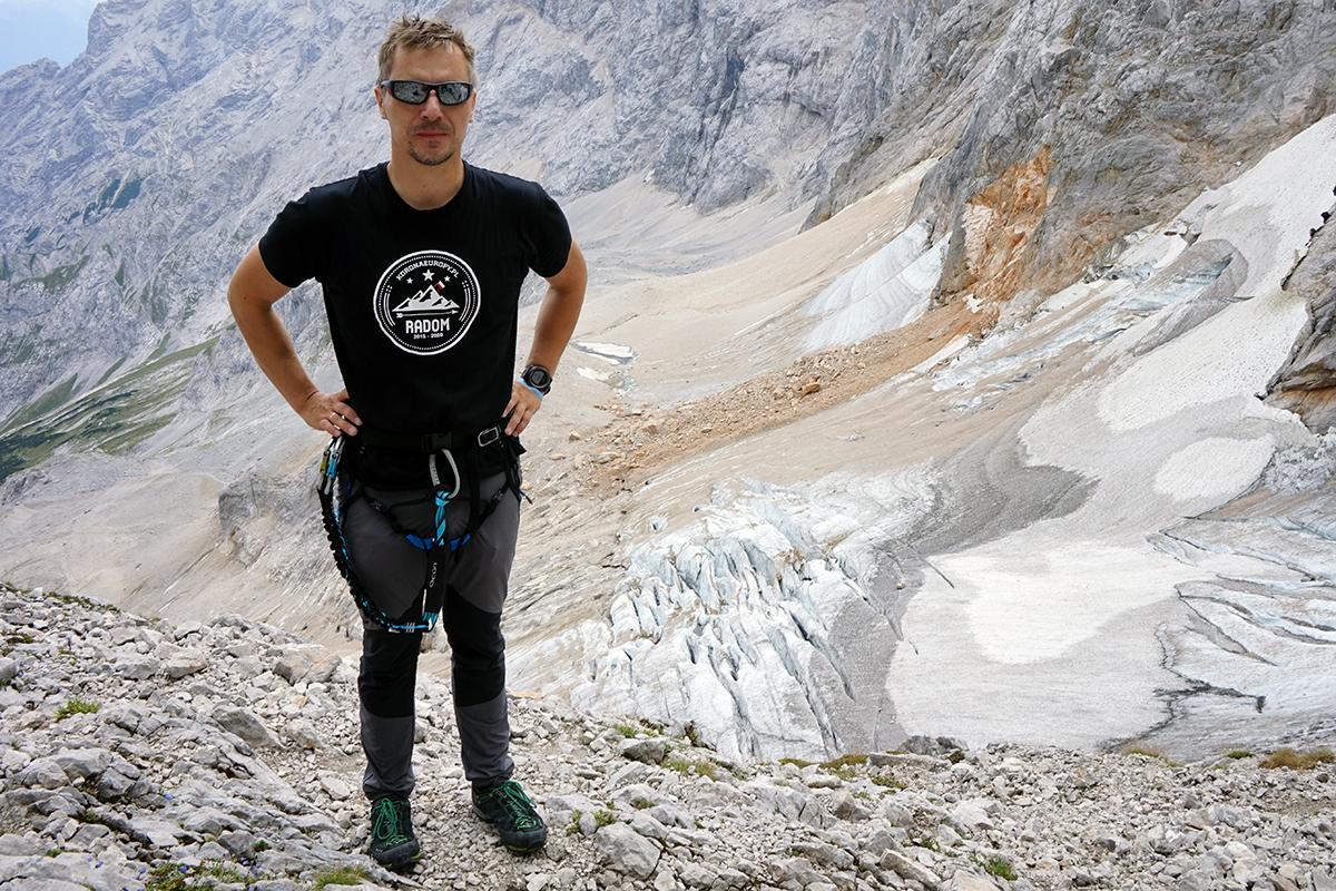 Dawid Penkalla w tle lodowiec Höllentalferner