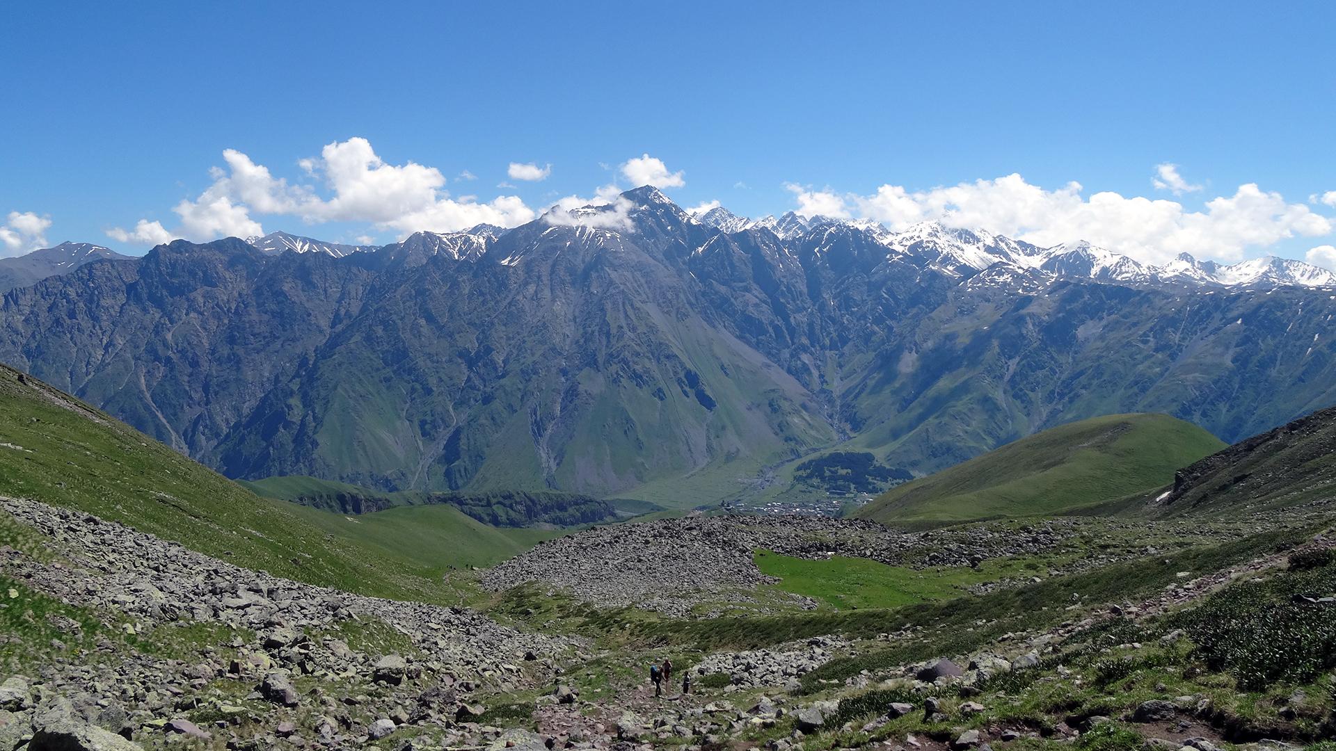 widok z drogi na przełęcz w tle Stepancminda (Kazbegi)