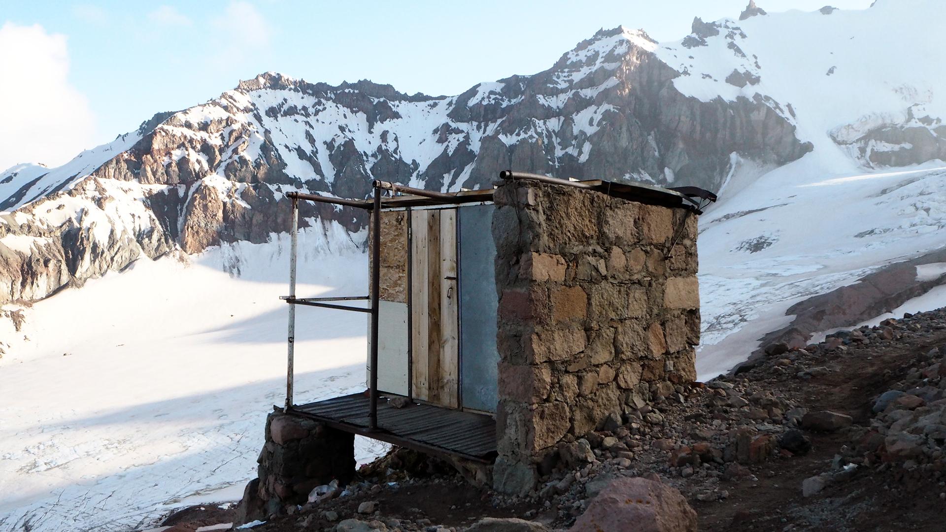 WC przy meteo, jedyny taki klozet na Kazbek'u