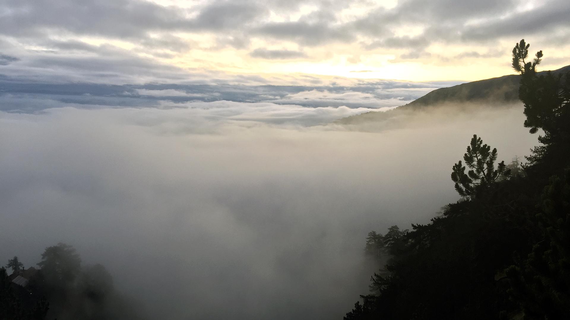 tańczące chmury nad schroniskiem Spilios Agapitos