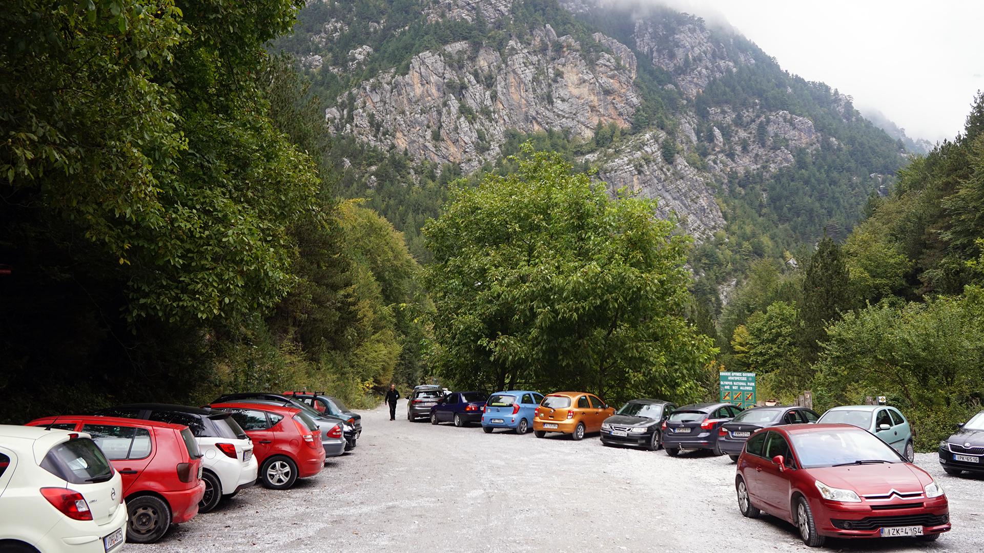 parking w Prioni (w tle końcówka drogi szutrowej)