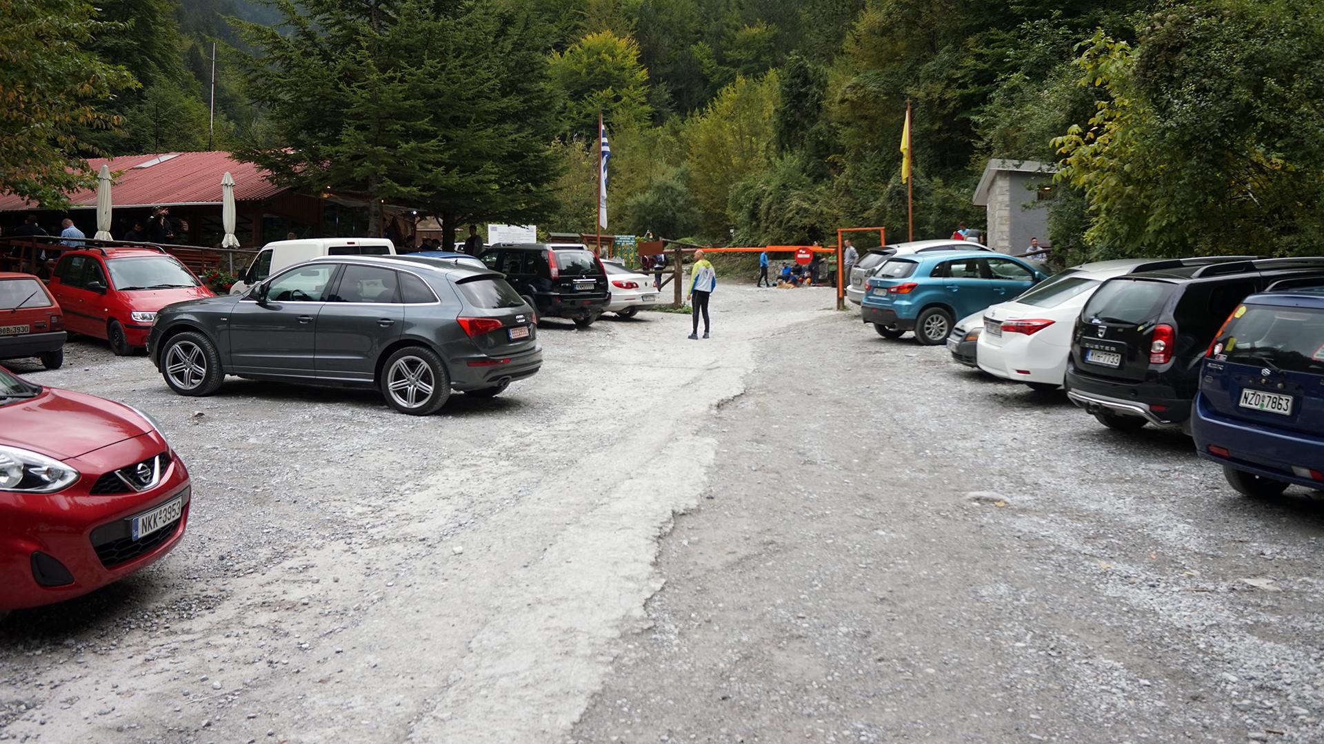 parking w Prioni (w tle szlaban i droga wejściowa do schroniska)