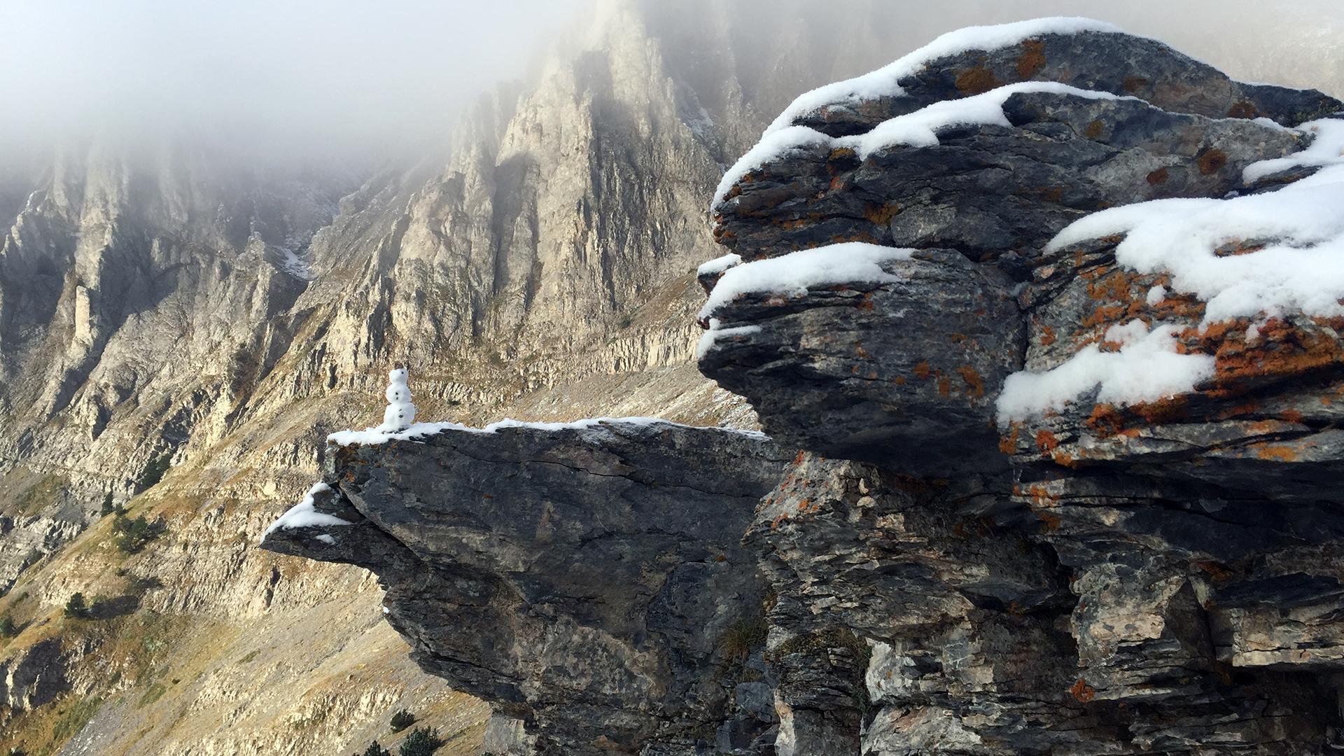 wysokość 2300 m n.p.m. i pojawiający się śnieg w drodze na Mitikas