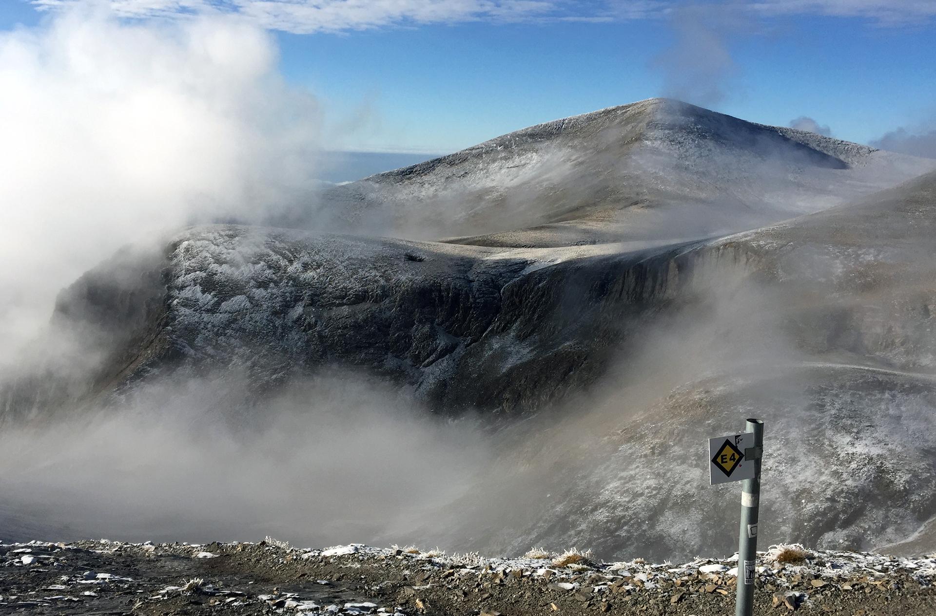 wirująca mgła nad wierzchołkami masywu