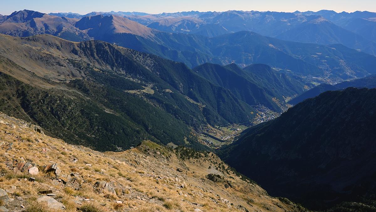 widok ze szczytu Coma Pedros'y na dolinę Arinsal