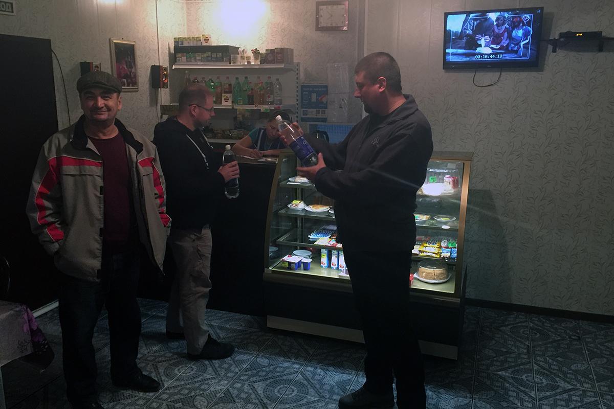 sklep pełniący funkcję baru, od lewej Bik, Maciek i Michał