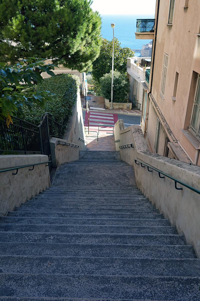 jedne z wielu schodów prowadzących na szczyt Chemin des Révoires