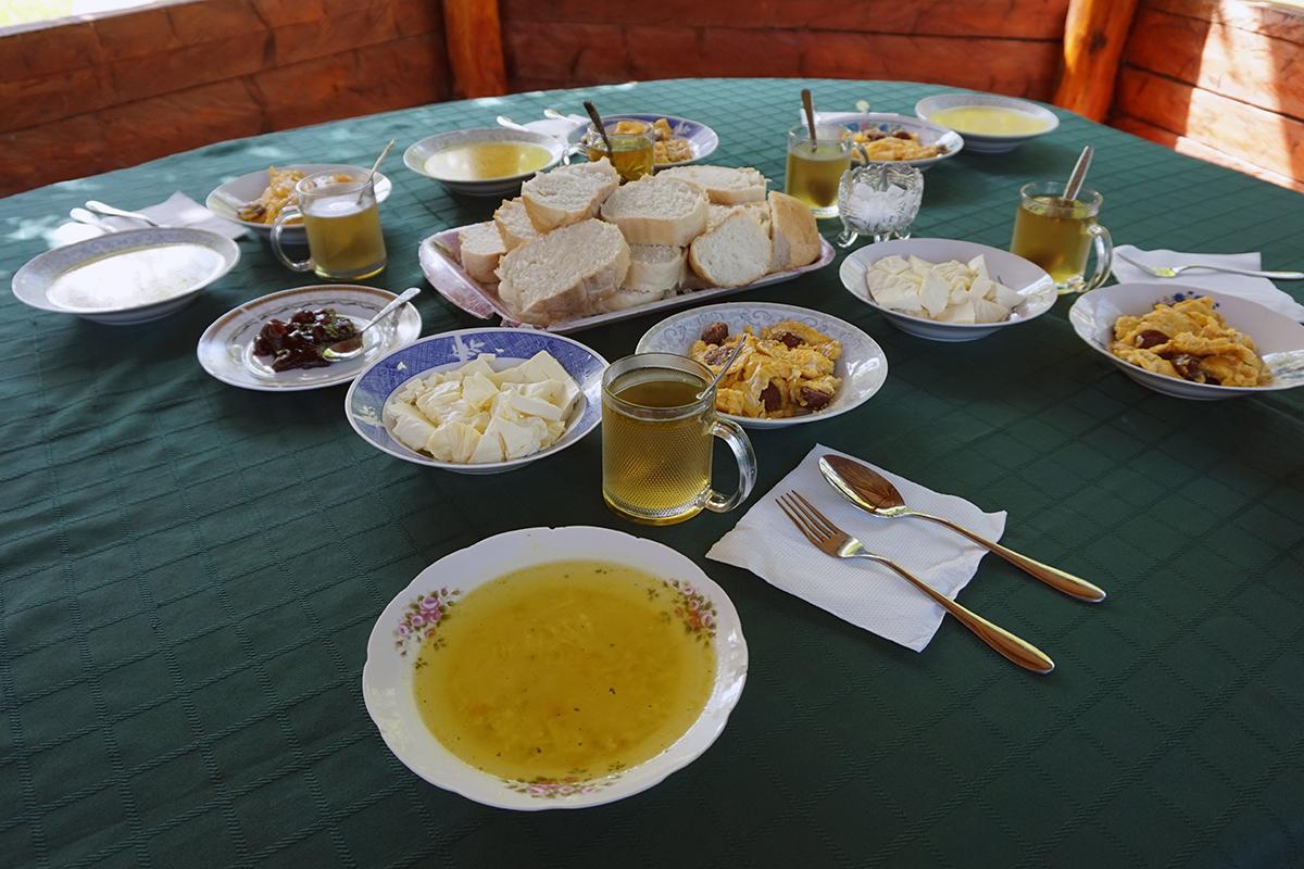 śniadanie u naszego gospodarza Avni (Dedushi)