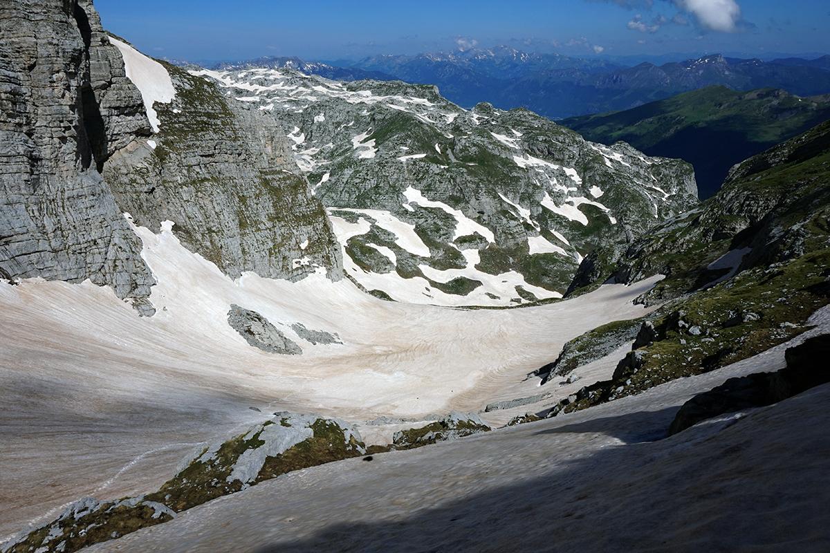 widok z siodła / przełęczy Dvojni Prevoj, na śniegu widać nasze ślady