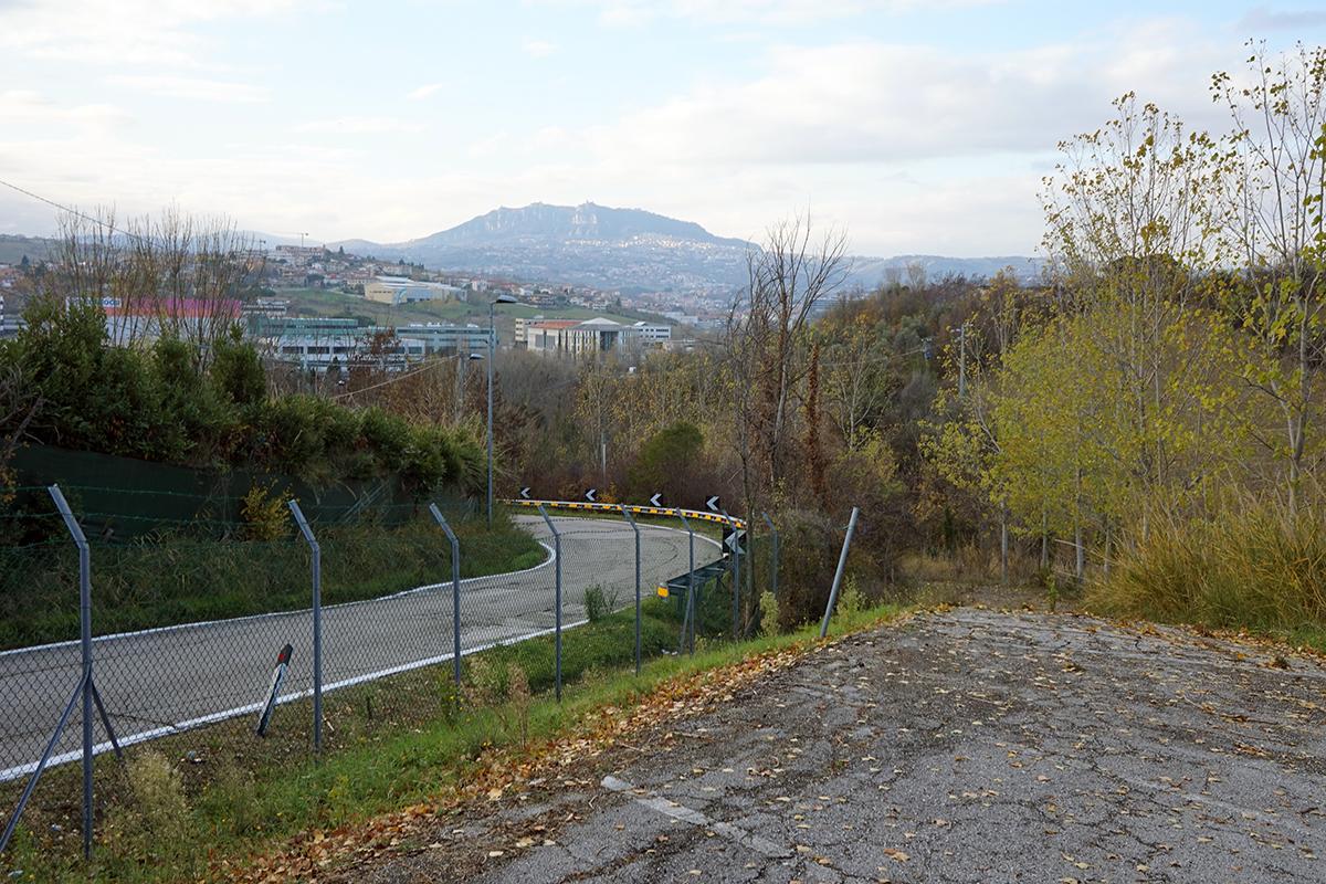 widok na wzgórza San Marino od strony Rimini