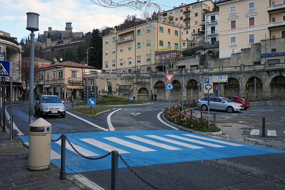 parking w San Marino, u góry po lewej nasz cel