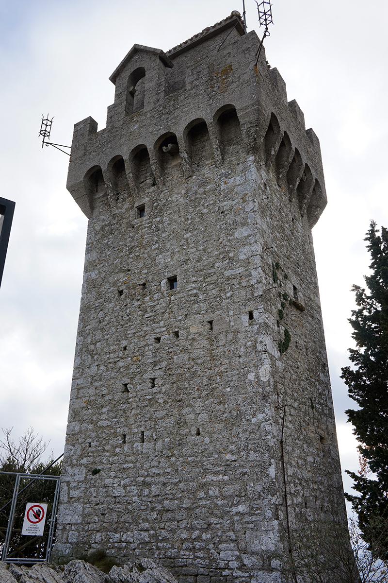 wieża - Montale z XIV wieku, pełniła funkcję obronną