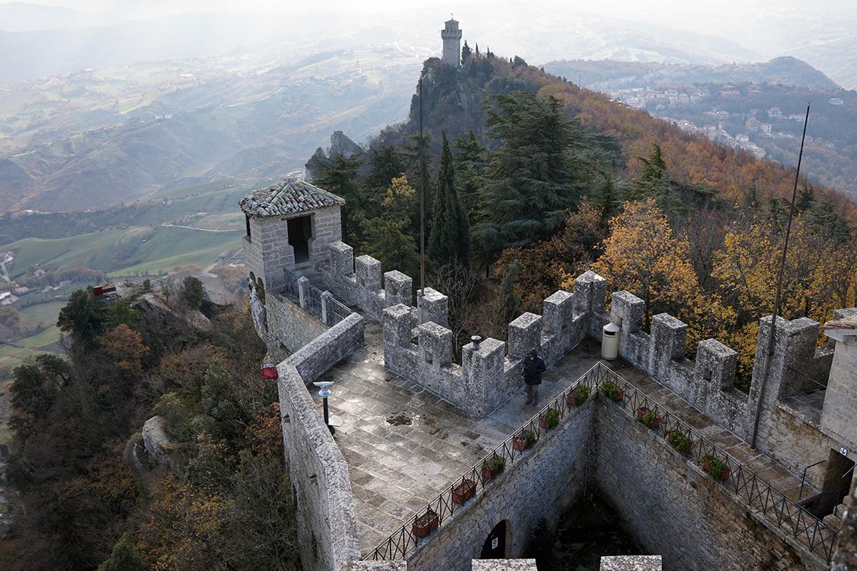 mury wieży Cesta w tle wieża Montale