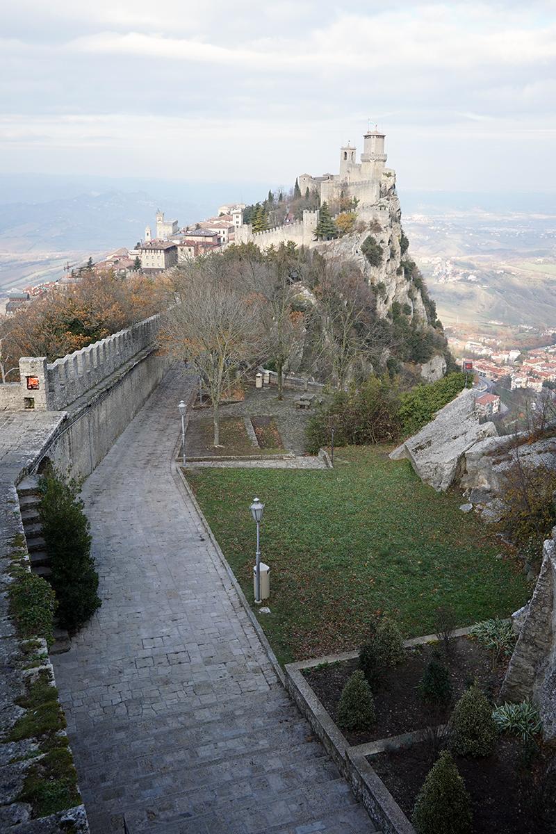 mury i droga do wieży Guaita, najstarszej w San Marino