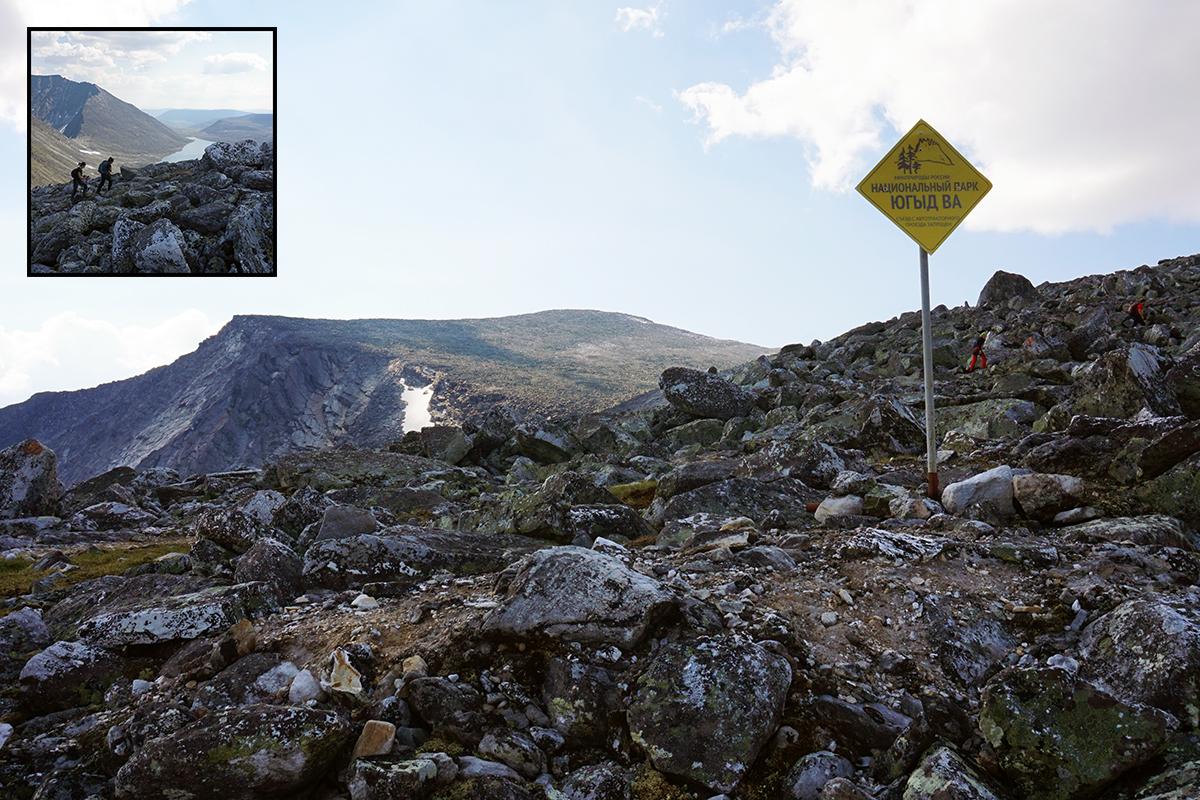 w drodze na szczyt, tablica informująca o fakcie przebywania w parku narodowym